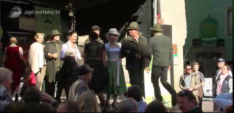 Der 6. Tag des Wildes unter dem Goldenen Dachl in Innsbruck<br /><br />Jagd ist Tradition und Zukunft, sowohl für die Natur als auch für die Bevölkerung. Deshalb muss sich die Jägerschaft in der Öffentlichkeit nicht verstecken. <br /><br />Genau aus diesem Grund hat die Innsbrucker Bezirksjägermeisterin Mag. Fiona Arnold heuer schon zum sechsten Mal, zusammen mit der Tiroler Jägerschaft, die Bevölkerung zum Tag des Wildes in die Innsbrucker Altstadt, direkt unter dem Goldenen Dachl, eingeladen.<br /><br />http://www.jagdundnatur.tv/episode/goldenes_dachl