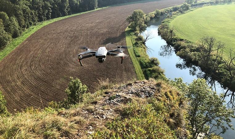 """Drohnenkongress Wildtierrettung 202115. September 2021Im Rahmen des Forschungsprojekts 'Drohnen im Biomonitoring' (DroBio) der Hochschule für Forstwirtschaft Rottenburg (HFR) veranstalten wir am 24. und 25.09.2021 einen Kongress zum Thema """"Drohnen in der Wildtierrettung"""". Schwerpunktthemen sind die Kitzrettung und der Wiesenbrüterschutz mit Hilfe von Drohnen.Der zweitägige Kongress ist eine Gemeinschaftsveranstaltung von HFR und dem Landesjagdverband Baden-Württemberg (LJV) und wird in Hybridform stattfinden, d. h. als Präsenzveranstaltung an der HFR mit auf 100 Personen begrenzter TeilnehmerInnenzahl und als Live-Stream mit Zugang nach Anmeldung.Die Anmeldung zu beiden Teilnahmemöglichkeiten erfolgt auf der Internetseite des LJV unter folgendem Link:https://www.landesjagdverband.de/detail/artikel/anmeldung-drohnenkongress/a/show/Das zweijährige Forschungsprojekt Drohnen im Biomonitoring wird durch die Stiftung Naturschutzfonds am Umweltministerium BW (gefördert aus zweckgebundenen Erträgen der Glücksspirale) gefördert. Wissenschaftlicher Partner ist die Forschungsgruppe FELIS (Fernerkundung und Landschaftsinformationssysteme) an der Fakultät für Umwelt und Natürliche Ressourcen der Universität Freiburg.https://www.hs-rottenburg.net/aktuelles/aktuelle-meldungen/meldungen/aktuell/2021/drohnenkongress-wildtierrettung-2021/"""