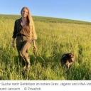 """Die vier Jahreszeiten in der Natur: Was in einem Jagdjahr bei Wild und Jäger passiert09.08.2021    Über kaum eine Leidenschaft wird so intensiv diskutiert wie über die Jagd. In unserer Serie """"Auf der Pirsch"""" klären wir über das Waidwerk auf. Fakt ist: Es geht um mehr als Schießen.Werra-Meißner-Kreis – Mit jedem Jahr fängt in der Natur der Kreislauf des Lebens aufs Neue an. Im Verlauf der Jahreszeiten ändert sich die Vegetation, das Verhalten des Wildes und damit auch die Aufgaben und Herausforderungen der Jäger. Das Jagdjahr beginnt am 1. April und endet am 31. März. Es startet nicht wie das Kalenderjahr im Januar, sondern orientiert sich an den Vegetations- und Wachstumsperioden, die ebenfalls im Frühjahr einsetzen.Was in einem Jagdjahr von April bis Juni bei Wild und Jäger passiertZum Jagdjahresbeginn im April haben viele Wildtiere Schonzeit und dürfen nicht bejagt werden. Grund dafür ist, dass die Waldbewohner, beispielsweise Waschbären und Wildschweine, mit ihren Nachkommen beschäftigt sind. Andere Tierarten bereiten sich auf die Zeit des Setzens vor wie Rehwild, das im Mai die Kitze zur Welt bringt.https://www.hna.de/welt/jagd-jaeger-natur-naturschutz-wald-jahreszeiten-jagdjahr-wild-tiere-hochsitz-90910237.html"""
