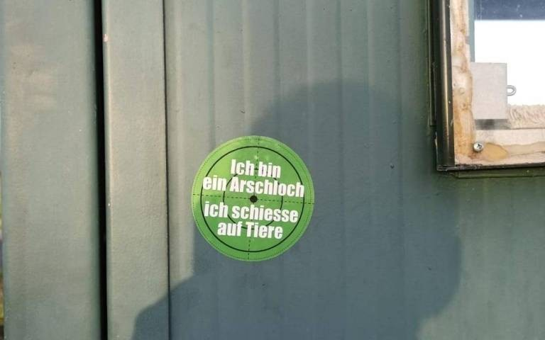 """Sachbeschädigung durch Aufkleber und GraffitisDie Stadt Neukirchen-Vluyn in NRW hat Anzeige gegen Unbekannt erstattet.In den letzten Wochen sind im Stadtgebiet Neukirchen-Vluyns vermehrt Aufkleber und Graffitis an Mülleimern, Ampelmasten, Strassenschildern und jüngst auch auf Wahlplakaten angebracht worden, die sich gegen Hobby-Jägerinnen und Jäger richten. Dabei handelt es sich um Sachbeschädigung öffentlicher Anlagen. Die Stadt hat deswegen Anzeige gegen Unbekannt gestellt.""""Im Verlauf der Pandemie ist die Zahl der Fälle von Sachbeschädigung und Vandalismus insgesamt angestiegen"""", stellte Bürgermeister Ralf Köpke fest. """"Diese Aktion mit über 500 Aufklebern und Graffitis derselben Art ist aber besonders schlimm. Als Stadtverwaltung können wir derartige Vorkommnisse nicht weiter tolerieren und werden unsere strafrechtlichen Möglichkeiten ausschöpfen.""""Kreisjägerschaft berichtet von ähnlichen Fällen im Bereich Moershttps://wildbeimwild.com/kunterbunt/sachbeschaedigung-durch-aufkleber-und-graffitis/51271/2021/09/01/"""