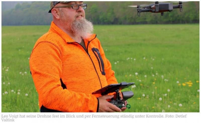 TIERSCHUTZ IN ZWEI LANDKREISEN   Hilfe kommt jetzt auch aus der LuftLandwirte und Jäger setzen immer häufiger Drohnen zur Kitzrettung ein. Warum die Technik eine hohe Erfolgsquote verspricht.Von Detlef Valtink17.05.2021   Bernburg - Für Jäger und Landwirte gibt es in den nächsten Wochen viel zu tun. Auf den Wiesen steht die erste Mahd bevor und damit entstehen für das Rehwild in den Kulturlandschaften im Salzlandkreis nicht zu unterschätzende Gefahren. Denn das Rehwild, welches zu den häufigsten Wildarten in der Region gehört, befindet sich mitten in der Setzzeit. Das bedeutet: Die Ricken gebären in der Regel im Mai und Juni ein bis zwei Kitze und bevorzugen für die Kinderstube besonders Wiesen in Waldnähe. Die Kitze werden von der Ricke nur zum Säugen und Reinigen aufgesucht, ansonsten liegen sie gut versteckt im hohen Gras. In den ersten zwei Wochen hat der Nachwuchs keinerlei Fluchtinstinkt. Erst später sind sie in der Lage, bei Gefahr zu flüchten. Und häufig passiert es, dass die Kitze vor den Mähmaschinen verstümmelt oder getötet werden.https://www.mz.de/mitteldeutschland/salzlandkreis/hilfe-kommt-jetzt-auch-aus-der-luft-3171321