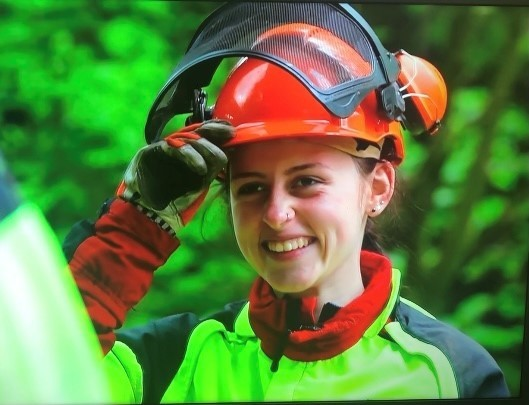 SASKIA HUCHTHAUSEN SORGT ALS FORSTWIRTIN FÜR DIE SOLLING-WÄLDERVon Michael Rudolph   27. Juli 2021  ÜBER JAGD UND WILDPARK-PRAKTIKUM INS FORSTAMT NEUHAUS(NEUHAUS) Sie ist im Forstamt Neuhaus die einzige Frau an der Motorsäge: Die Forstwirtin Saskia Huchthausen unterstützt das Forstamts-Team und pflegt die Solling-Wälder für kommende Generationen. Seit Anfang Juni ist die 20-Jährige aus Mainzholzen mit der Motorsäge, dem Freischneider oder der Astungsschere in den Revieren Schießhaus, Mühlenberg, Otterbach und Burgberg unterwegs. Im Team mit ihren männlichen Kollegen arbeitet Saskia Huchthausen an wechselnden Arbeitsstätten im Solling. Ihre dreijährige Ausbildung absolvierte sie im Forstamt Grünenplan. Seit August 2019 ist sie fest bei den Niedersächsischen Landesforsten eingestellt, anfangs war sie im Forstamt Oldendorf beschäftigt und seit zwei Monaten ist sie nun tagtäglich im Solling.https://www.landesforsten.de/blog/2021/07/27/saskia-huchthausen-sorgt-als-forstwirtin-fuer-die-solling-waelder/