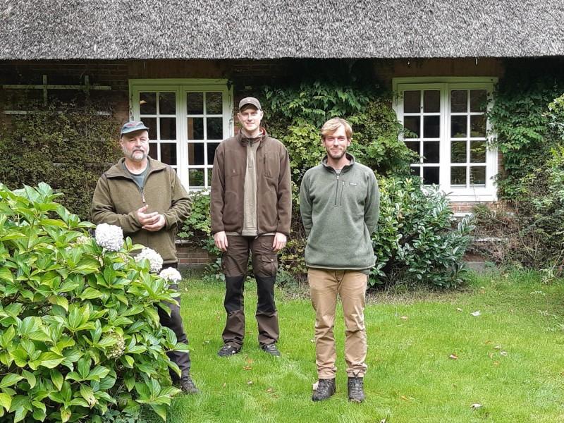 """JUNGER FORSTMANN IN FÖRSTEREI HARPSTEDT<br />Von Wibeke Schmidt  <br />11. Oktober 2021 <br /><br />PELLE HUKE BEGINNT SEINEN ANWÄRTERDIENST<br /><br />(Ahlhorn/Harpstedt) Zum 1. Oktober eines jeden Jahres startet in den Niedersächsischen Landesforsten der Anwärterdienst der Forstingenieur*innen, die sich für den Forstberuf interessieren. Im Forstamt Ahlhorn bildet Eberhardt Guba, Revierleiter der Försterei Harpstedt, die jungen Menschen aus.<br /><br />Den Nordwesten für sich entdeckt<br />Pelle Huke, gebürtig aus einem kleinen Ort bei Schöningen in Ostniedersachsen, hat sich bewusst für eine Ausbildung im Nordwesten des Landes entschieden. """"Ich habe ein Jahr Bundesfreiwilligendienst als Vogelwart auf der Insel Norderney absolviert. Seit dieser Zeit lässt mich diese Landschaft nicht mehr los"""", schwärmt der 26-Jährige. Seinen Wohnsitz hat er in Bremen bezogen. Seine beiden Schwestern wohnen nicht weit weg. Auch sie haben Gefallen am Norden gefunden.<br /><br />Gute Berufsaussichten<br /><br />https://www.landesforsten.de/blog/2021/10/11/junger-forstmann-in-foersterei-harpstedt/"""