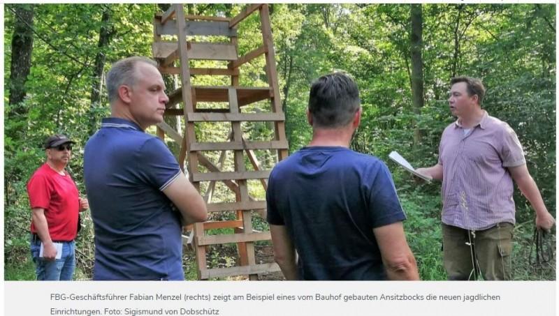 NÜDLINGEN   27.06.2021   Waldbegang Nüdlingen: Wie der Gemeindewald für den Klimawandel fit wirdRevierleiter Fabian Menzel erläuterte den Gemeinderäten den Zustand des Gemeindewaldes. Bäume zu pflanzen, die Trockenheit vertragen, ist mit Blick auf den Klimawandel wichtig - aber aufwendig und teuer. Der Schaden durch Verbiss ist beträchtlich. In 400 Hektar Wald wird die Gemeinde künftig selbst jagen.Die deutsche Forstwirtschaft steht wegen des Klimawandels vor neuen Herausforderungen. Die waldbaulichen Maßnahmen der aktuellen Forstbetriebsplanung für die Gemeinde Nüdlingen und worauf sie in ihren gemeindlichen Jagdrevieren künftig achten muss, erläuterte Revierleiter Fabian Menzel, Geschäftsführer der Forstbetriebsgemeinschaft (FBG) Rhön-Saale, den Nüdlinger Gemeinderäten am Samstag bei einer zweistündigen Waldbegehung.Insgesamt besitzt die Gemeinde Nüdlingen fast 930 Hektar Wald. Davon werden nach Auflösung einiger Pachtverträge seit April etwa 400 Hektar als Eigenjagdreviere genutzt. Die übrigen 530 Hektar sind als Gemeinschaftsjagdreviere weiterhin verpachtet. Nach Vorstellung der Jahresbetriebsplanung 2021 in der Gemeinderatssitzung am 6. April zeigte Revierleiter Fabian Menzel nun direkt vor Ort an Beispielen, wie es um den Nüdlinger Forst steht und was künftig zu tun ist.https://www.infranken.de/lk/bad-kissingen/waldbegang-nuedlingen-wie-der-gemeindewald-fuer-den-klimawandel-fit-wird-art-5232727