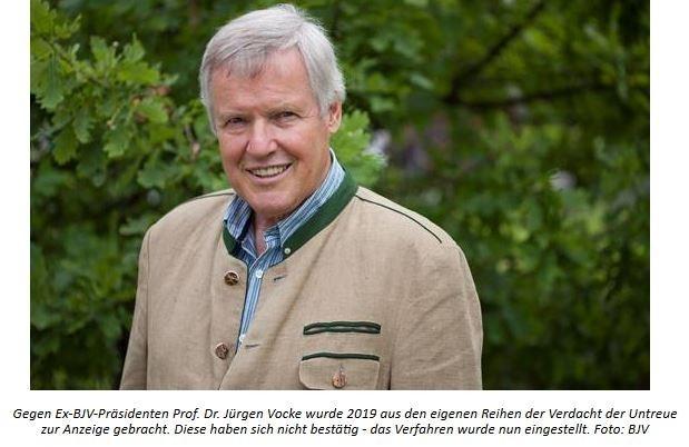 """VERFAHREN GEGEN EX-BJV-PRÄSIDENTEN VOCKE EINGESTELLTMit Bescheid vom 14.8.2021 wurde das Verfahren wegen Untreue gegen den ehemaligen BJV-Präsidenten Prof. Dr. Jürgen Vocke eingestellt. Gegen Vocke, der dem Bayerischen Jagdverband von 1994 bis 2020 als Präsident vorstand, war im Jahre 2019 aus den eigenen Reihen Anzeige wegen Verdachts der Untreue und der Unterschlagung bei der Staatsanwaltschaft München Anzeige erstattet worden. Ihm wurden zahlreiche finanzielle Unregelmäßigkeiten vorgeworfen. Daraufhin hatte er ab Mitte Oktober 2019 sein Amt ruhen lassen. Die Staatsanwaltschaft und diverse Wirtschaftsprüfungsunternehmen haben seitdem die teils schwerwiegenden Vorwürfe seiner ehemaligen Präsidiumskollegen eingehend geprüft. Mit o. g. Bescheid der Staatsanwaltschaft München wurde nun das Verfahren gegen ihn eingestellt. Der jetzige BJV-Präsident Ernst Weidenbusch zeigt sich erfreut über den Ausgang des Verfahrens: """"Dem endgültigen Abschluss dieses unschönen Kapitels in der Geschichte des Verbandes und einer  Rehabilitierung des langjährigen Präsidenten des BJV steht damit nichts mehr im Wege.""""Neben seiner Präsidentschaft im Bayerischen Jagdverband e. V. engagierte sich Prof. Dr. Jürgen Vocke in zahlreichen Gremien, u. a. in der Bürgerallianz, der Wildlandstifung, im Stifter- und Verwaltungsrat des Deutschen Jagd- und Fischerei-Museums in München sowie als Vorsitzender der Bayerischen Akademie für Tierschutz, Umwelt und Jagdwissenschaft. 2011 wurde ihm das Verdienstkreuz am Bande der Bundesrepublik Deutschland verliehen, 2014 die Medaille für besondere Verdienste um Bayern in einem Vereinten Europa. """"Jürgen Vocke hat sein Lebenswerk der Erhaltung und dem Schutz der Natur und Ihrer Bewohner und der Bewahrung des edlen Waidwerks und seiner Traditionen gewidmet,"""" so BJV-Präsident Ernst Weidenbusch. """"Der Bayerische Jagdverband ist beruhigt, dass sich die teils unüberlegt und haltlos ausgesprochenen, denunzierenden Anschuldigungen gegen unseren ehemaligen, verdienten Spit"""