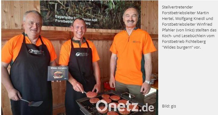 """Forstbetrieb Fichtelberg geht unter die Burger-BraterDer Forstbetrieb Fichtelberg hat sein drittes Kochbuch herausgebracht. Diesmal geht es um Burger-Variationen mit Wildfleisch-Patties.""""Scharfer Wolfi"""", """"Sehnsuchtsburger"""" """"Kräuterhexe"""", """"Fichtelwichtel"""", """"Hüftgold"""" oder """"Ziegenpeter"""": Burger mit Namen, die schon ein wenig verraten, was in ihnen steckt. Eines aber haben sie und weitere 25 ihrer Art in dem neuen Koch- und Lesebüchlein vom Forstbetrieb Fichtelberg gemeinsam: die Original Fichtelberger Wildburger-Patties, die nur aus reinem Reh- oder Rotwildfleisch hergestellt werden mit ein paar Tropfen Rapsöl, einer Spur Salz und Gewürzen.Aber warum ein Burger-Kochbuch? Eine Hackfleisch-Scheibe braten ist doch kinderleicht? """"Ja. Aber hier geht es um die 'Architektur'"""". Und da wird's richtig spannend, wie Forstbetriebsleiter Winfried Pfahler und sein Stellvertreter Martin Hertel bei der Vorstellung am Forstbetrieb informieren. Denn zwischen die Brötchenhälften kann man reinpacken, was Küche und Kühlschrank hergeben. Und das sei das Entscheidende.Viele Mitarbeiter als Köchehttps://www.onetz.de/oberpfalz/fichtelberg/forstbetrieb-fichtelberg-geht-burger-brater-id3263921.html"""